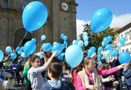CPCJ promoveu largada de balões azuis nos ceús de Penafiel
