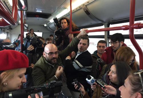 """Os conflitos dos galegos en Londres toman o bus urbano de Compostela para presentar """"Get Back"""""""