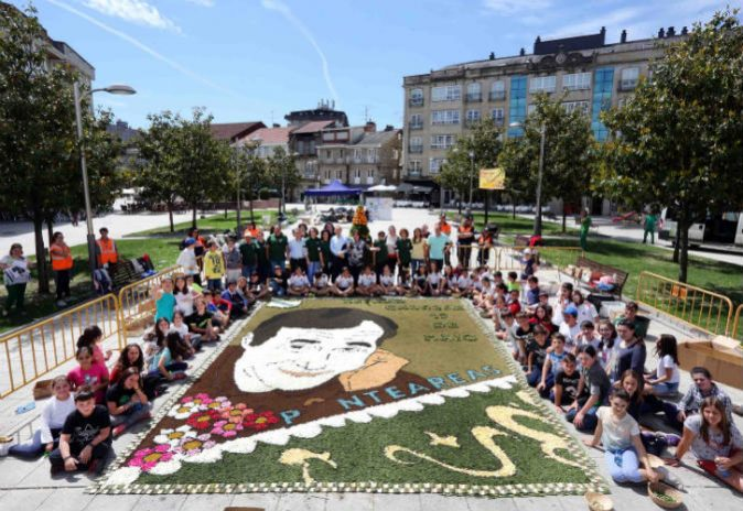 Ponteareas elabora unha alfombra floral no día das Letras Galegas adicada a Carlos Casares.