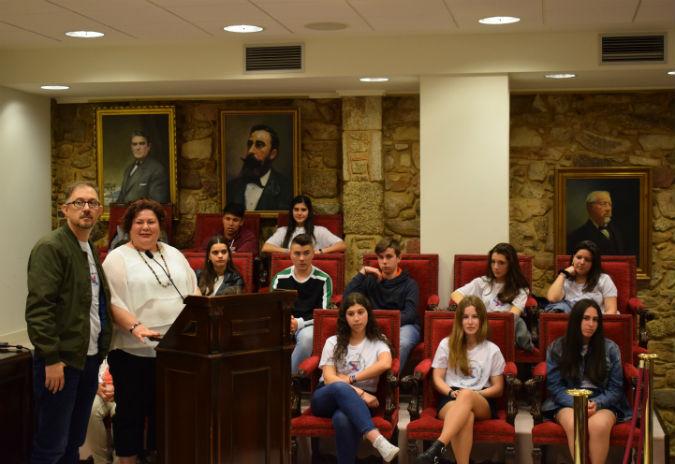 A RAG abre os Encontros coa xente  nova escoitando o alumando do proxecto 21 días co galego