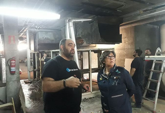 A alcaldesa inspeccionou as obras de renovación do sistema de climatización da piscina municipal