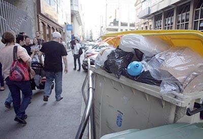 A inactividade municipal enche de lixo as rúas da Coruña
