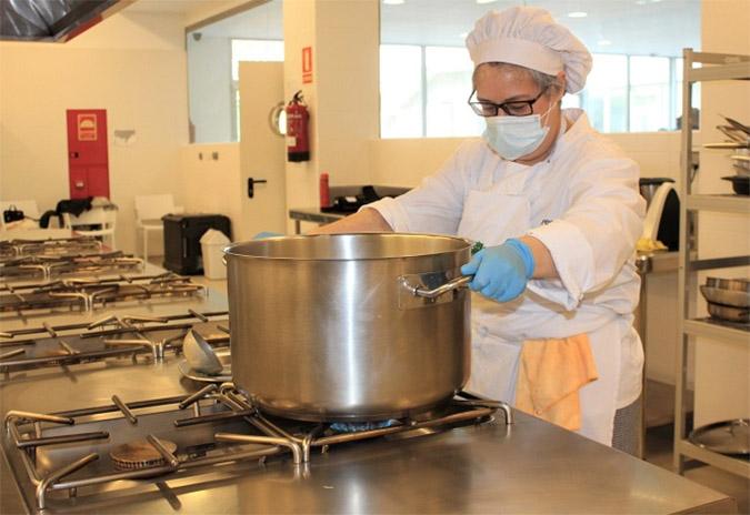O alumnado da Escola Municipal de Hostalaría participa no proxecto de cociña solidaria iniciado hoxe