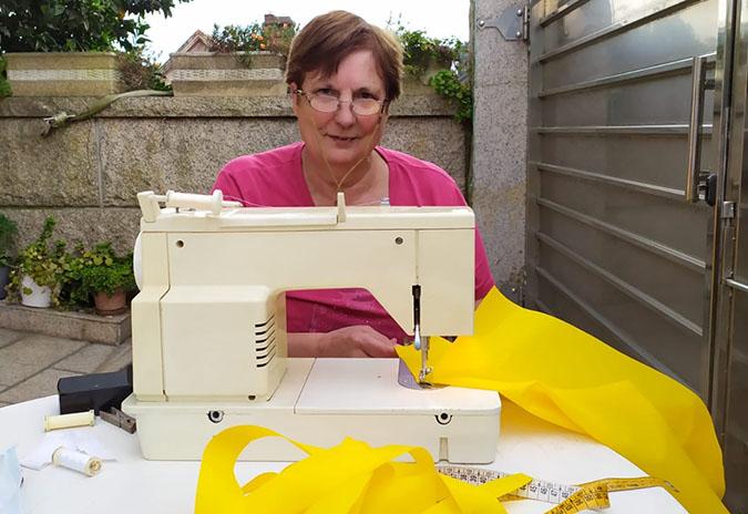 Material de protección confeccionado por mulleres do Porriño para profesionais da cuarentena
