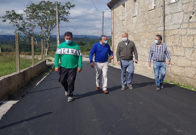 Rematan as obras de reposición do pavimento no barrio do Reguengo, nas Neves