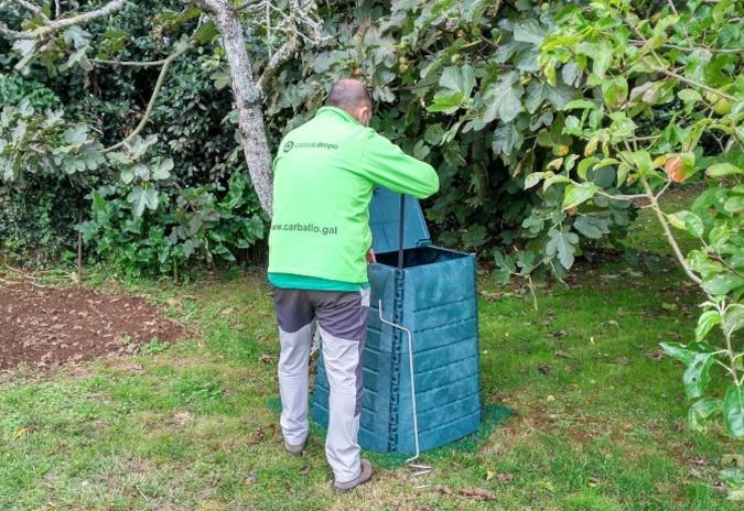 Remata o reparto dos 50 novos composteiros individuais en Carballo