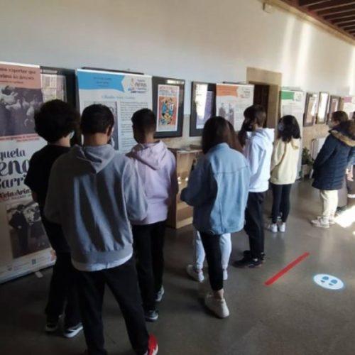"""IES """"Rosalía de Castro"""" de Lugo acolleu a exposición itinerante de Xela Arias"""