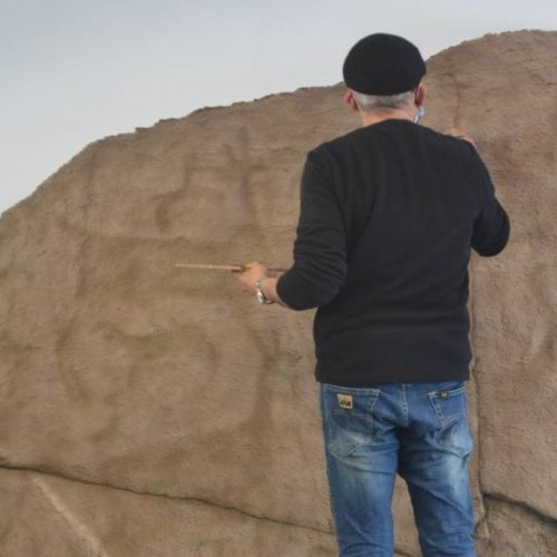 A réplica do petróglifo de Auga dos Cebros chega a Oia