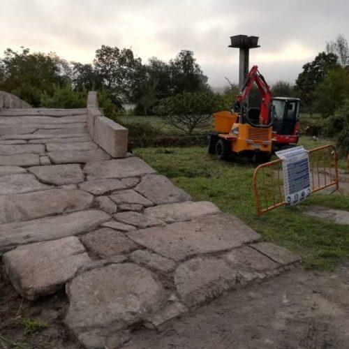 O concelleiro de Turismo visitou as obras de acondicionamento da ponte romana de Aguapesada en Ames